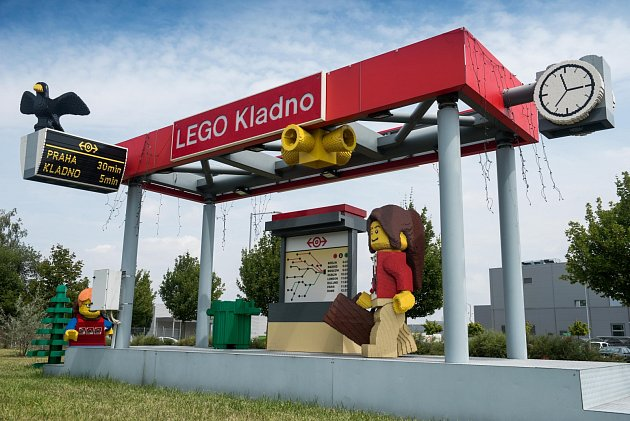 Autobusová zastávka u továrny LEGO.