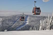 Zbrusu nová 10místná kabinková lanovka vozí lyžaře až na vrchol Hraničník.