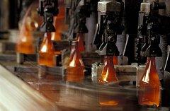 Recyklací skla lze ušetřit až 65 % přírodních surovin a až 90 % energie. Nejčastěji se z recyklovaného skla vyrábí lahve na minerálky a pivo.