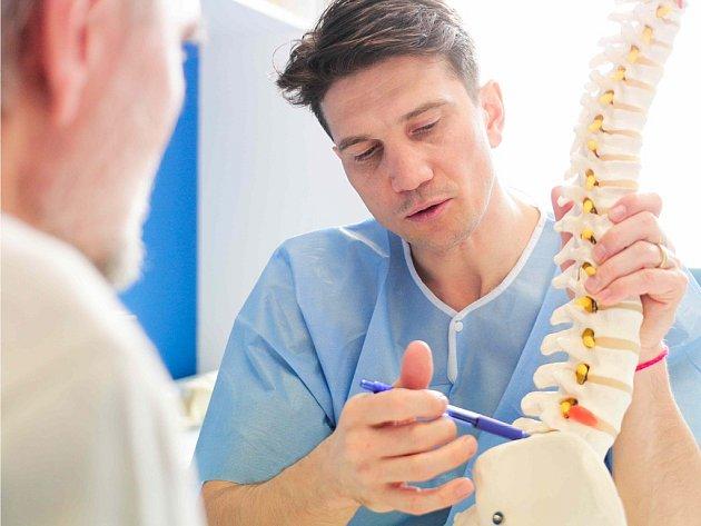 Vdlouhodobém hledisku může dojít kpoškození páteře včetně meziobratlové ploténky a vzniku tzv. kořenového syndromu