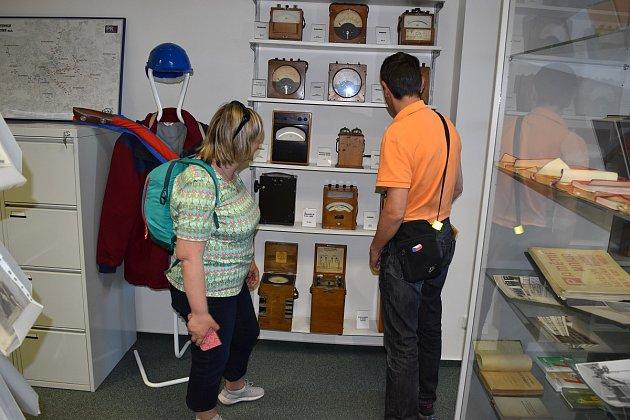Návštěvníci muzea si prohlížejí historické měřicí přístroje
