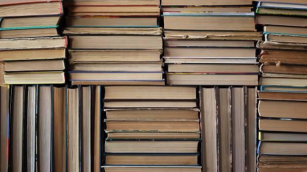Čím víc píšeme, tím víc čteme a tím pádem i víc tiskneme. V roce 2015 bylo v ČR vydáno zhruba 16 600 knižních titulů
