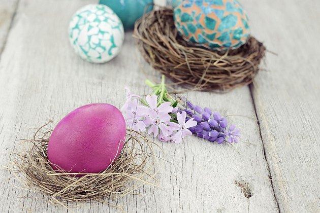 Vajíčka potřebná na pečení velikonočního beránka si můžeme místo rozbíjení tentokrát vyfouknout a využít je na kraslice. Pokud ke zdobení využíváme jiné než potravinářské barvy nebo vosk, skořápky pak patří do zbytkového odpadu.
