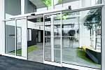 Vstupní automatické dveře pro moderní kancelářské budovy.
