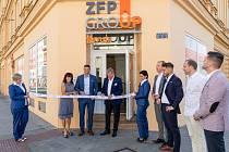 Na slavnostním otevření pobočky ZFP Servis přestřihli pásku společně s autorem projektu Martinem Žvátorou i zakladatelé ZFP, manželé Poliakovi.