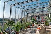 Díky posuvnému zastřešení terasy CORSO se bude vašemu květinovému ráji dařit za každého ročního období.