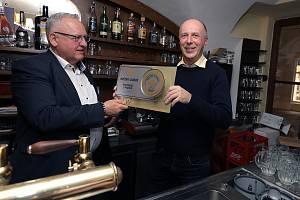 Emeritní vrchní sládek Plzeňského Prazdroje Václav Berka (vlevo) předává Hvězdu sládků majiteli pražské restaurace U Pinkasů Karlu Doubkovi.