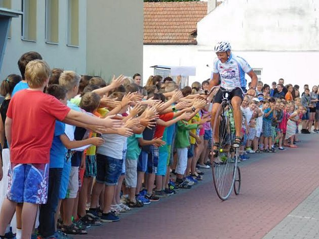 Josef Zimovčák přijíždí po 300 000 kilometrech do Svatobořic-Mistřína na školní slavnost.