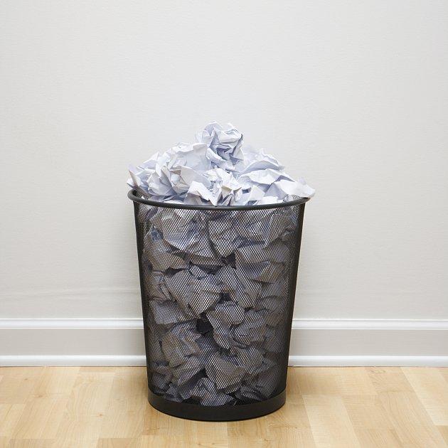 Vyčlenění zvláštního koše na papír vám usnadní jak třídění odpadu, tak případné hledání omylem vyhozených dokumentů
