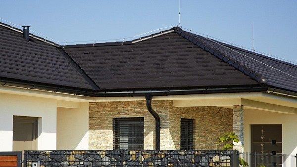 Tmavé odstíny střech jsou stále více žádané. Na obrázku moderní plochá taška Figaro 11 v povrchové úpravě engoba černá.