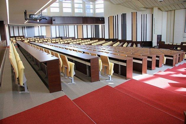 Zmodernizovaný Velký sál, kde se kromě výuky konají např. promoce absolventů.
