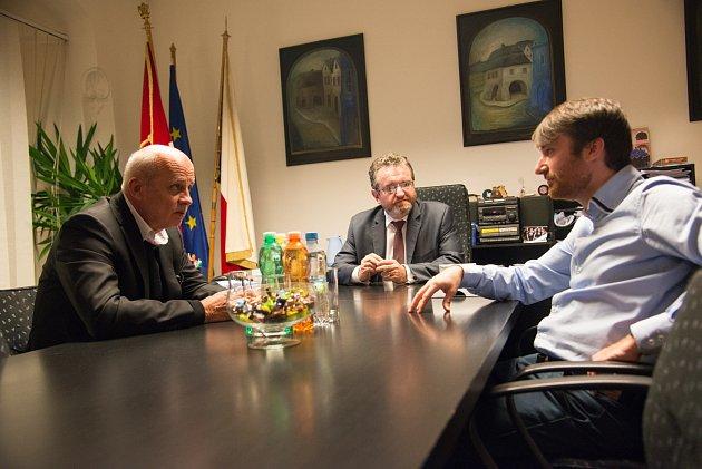 Zleva: Michal Horáček, Robert Stržník (starosta Valašského Meziříčí) a Tibor Mičunek.