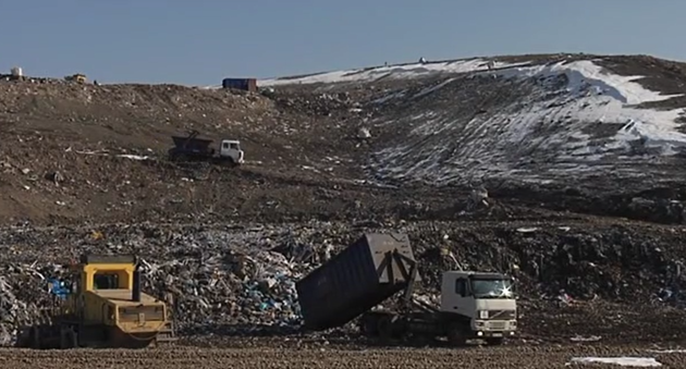 Za každou tunu odpadu uloženou na skládku musí obec nebo město zaplatit.