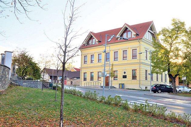 Základní škola a mateřská škola.