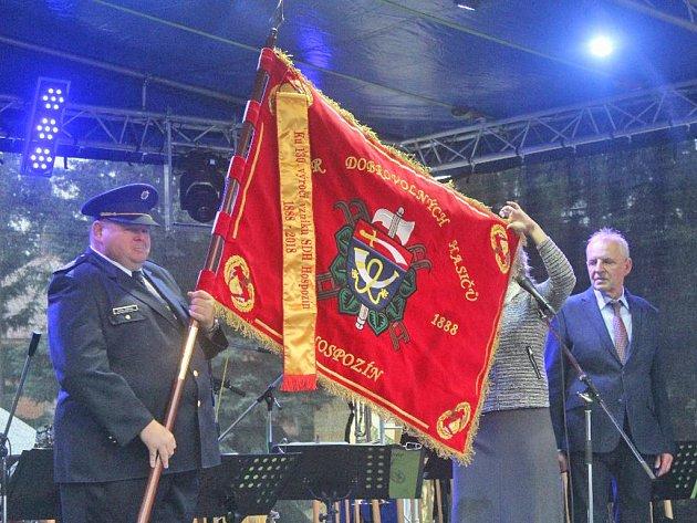 Předání slavnostního praporu hasičům.