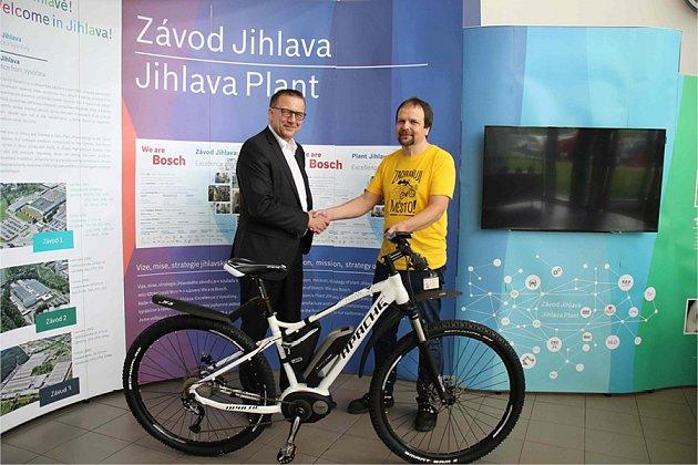 Vroce 2018vyhrál Rostislav Čermák (1.zprava) vrámci interní cyklosoutěže elektrokolo značky Bosch. Kolo výherci předal obchodní  ředitel Ralph Carle (1.zleva)