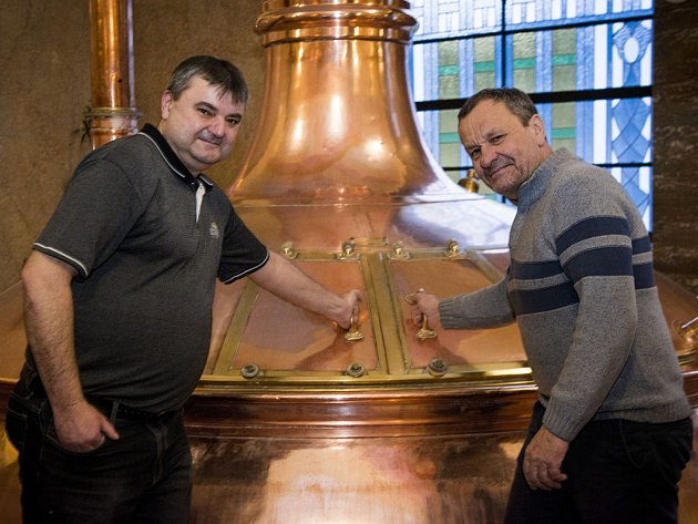 UŽ SE VAŘÍ. Sládek Luděk Reichl pod dohledem Miroslava Krobota zahajuje vystírání nového piva.