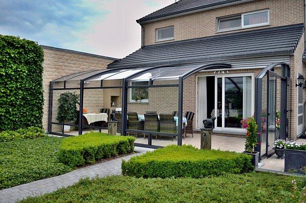 Posuvné zastřešení CORSO otvírá váš domov do zahrady. Je ideálním řešením pro rozšíření krytého prostoru terasy.