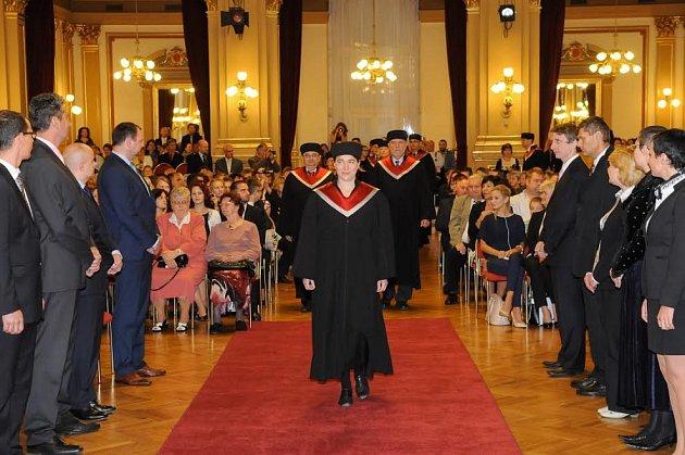 Slavnostní květnová promoce absolventů Business Institutu vNárodním domě na Vinohradech.