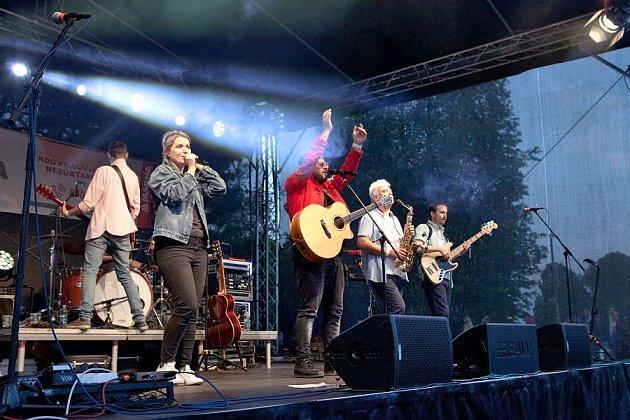 Nymburská Magna pravidelně organizuje akce pro své zaměstnance ipro veřejnost – například koncert písničkáře Xindla X
