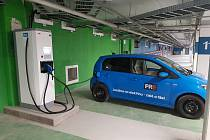 Majitelé elektromobilů mohou nově od března nabíjet svá vozidla v OC Lužiny.
