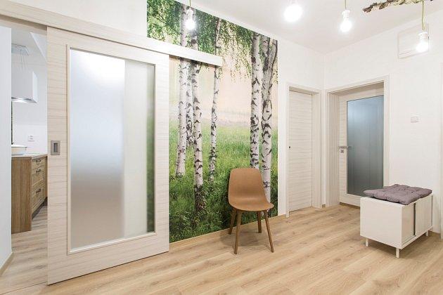 Vlevo: Posuvné dveře na zeď – model SKLO 4/5 v dekoru palisandr bílý; foto SEPOS spol. s r.o.