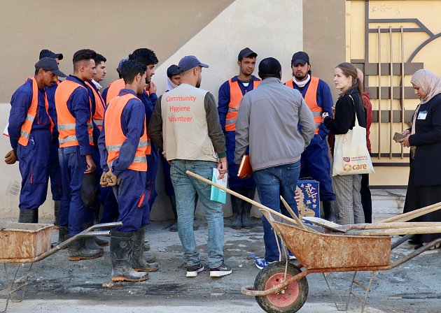 Pracovnice projektového týmu CARE Česká republika Marcela Zárubová při práci s místními na obnově Mosulu.