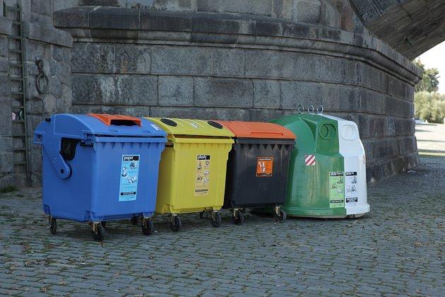 Barevné kontejnery potkáme v ČR už na každém kroku. Ze svých domovů to k nim máme leckdy blíž než do nejbližšího supermarketu.