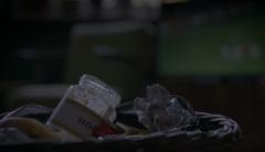 V koši by byla skla škoda! Do zeleného kontejneru můžeme třídit i nevymyté sklenice od hořčice, kečupu nebo přesnídávek.  Nevadí ani kovová víčka a uzávěry.