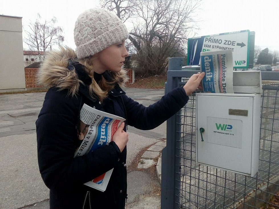 Redaktorka Anna Zemanová ve Školní ulici v Č. Budějovicích roznáší Deník u schránky společnosti WIP Reklama.
