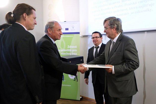 Zástupci Pražské energetiky (vlevo) přebírají ocenění Bezpečný podnik