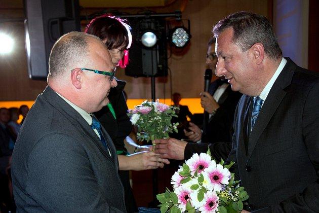 Z rukou Ing. Petra Fialy, generálního ředitele Krajské zdravotní, a. s., (vpravo) ceny přebrali nejlepší v kategorii Příkladná reprezentace Masarykovy nemocnice v Ústí nad Labem.