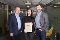 Systém HELIOS Nephrite získal v závěru roku 2020 cenu IT produkt roku. Cenu za Asseco Solutions převzali (zleva) Petr Hampl, Kateřina Trčalová a Jiří Hub