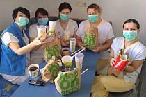 Společnost McDonald's dováží jídlo sestřičkám a lékařům do tří nemocnic v Česku.