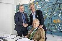 Smlouvu o spolupráci na ZČU podepsali rektor ZČU Miroslav Holeček (vlevo) a majitelé společnosti InterCora Günther Zembsch (sedící) a Ivan Hlaváček.