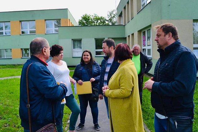Děti se mohou těšit na nové průlezky, pískoviště a další herní prvky. U předání budoucího staveniště zástupcům stavební firmy byli přítomni také starosta Patrik Hujdus a místostarostka obvodu Jana Pagáčová.