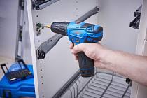 Akušroubovák ASV 108-2 10,8 V při sestavování nábytku. Obj. č. akušroubováku ASV 108-2 je 65404347