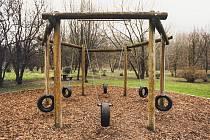 Staré pneumatiky jsou oblíbeným prvkem mnoha dětských hřišť.