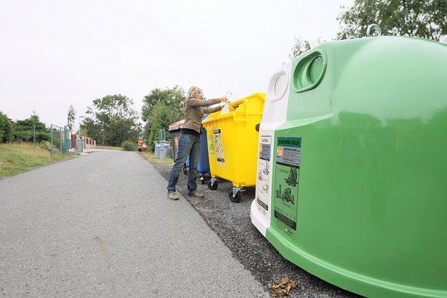 Plastový odpad třídíme v ČR zpravidla do kontejnerů žluté barvy. Do nich patří PET lahve, plasty, mikrotenové sáčky, fólie a další.