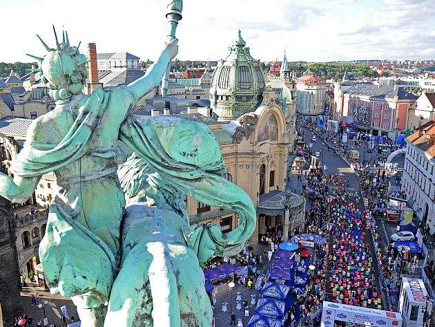 V sobotu 10.září poběží večerní Prahou v rámci Birell Grand Prix Praha 7,5 tisíce účastníků, kteří proběhnutím pod branou přispějí na sportovní vybavení pro Nezastavitelné.