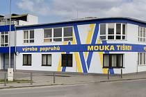 TISÍC DRUHŮ POPRUHŮ ROČNĚ vyrábí firma MOUKA TIŠNOV, s. r. o. Dodává je do 30 zemí světa. Výrobky této firmy používají horolezci, chovatelé, zdravotníci i zemědělci.