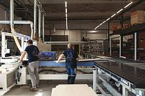 MODERNÍ A ČISTÉ PRACOVNÍ PROSTŘEDÍ. Taková je práce v prostorách výrobní haly PROFIL NÁBYTEK.
