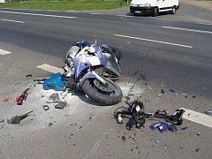 V Žatci havaroval motorkář.