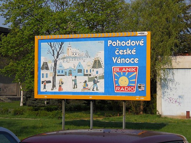 Žatec,  Svatováclavská  ulice,  20.  dubna  2011:   pěkné   zimní radovánky    přeje    všem     kolemjdoucím     nepřehlédnutelný a nestárnoucí billboard.
