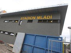 Dělníci dokončují modernizaci atletického stadionu Mládí v Žatci.