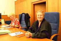 Přísedící Libuše Fialová na snímku (vpravo) krátce před zahájením soudního líčení. V pozadí vlevo je soudkyně Lenka Chalupová.