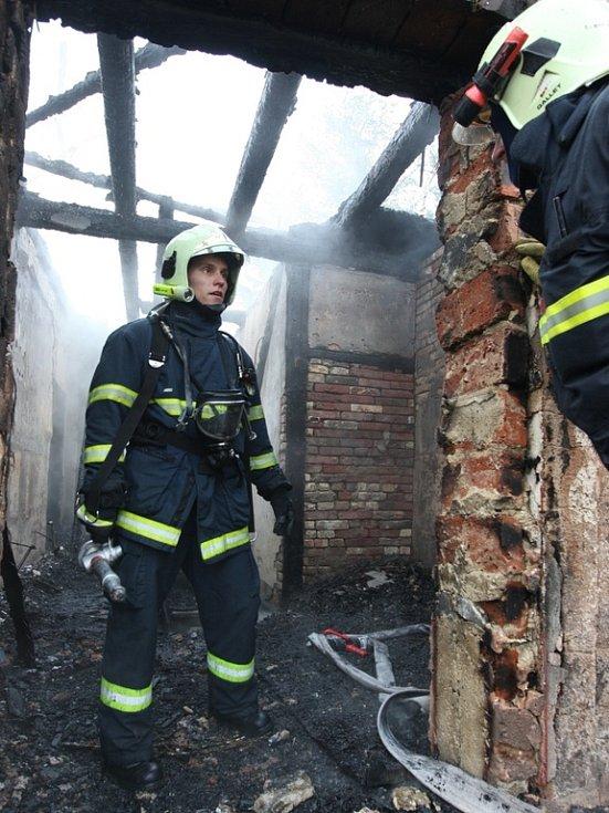 Kvůli hašení požáru přispěchali i hasiči z Německa.