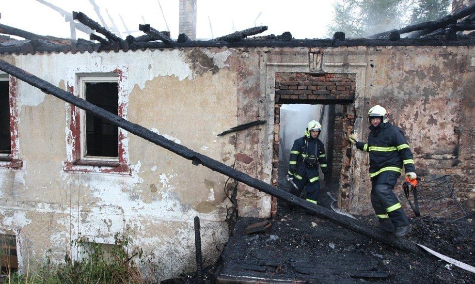 Plameny zachvátily celý dům včetně střechy.