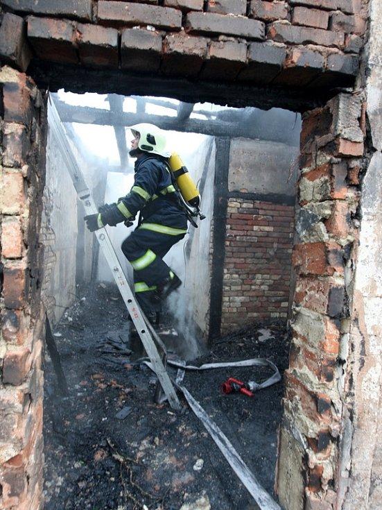 Požár hasiči zdolávali od třetí hodiny ranní.