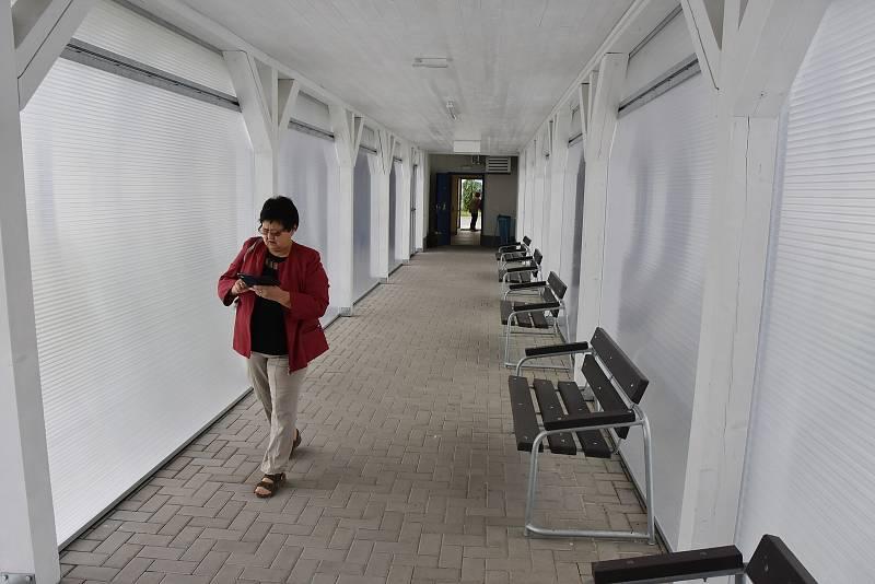 Koridor, který spojuje šatny s krytým bazénem.